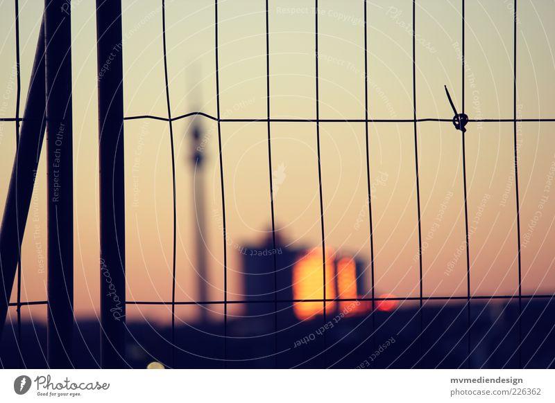 Dortmund abgesperrt Gebäude geschlossen Hochhaus Turm Bauwerk Skyline Lebensfreude Barriere Gitter Fernsehturm Stadtrand Dortmund Ruhrgebiet Zaun Haus Industrielandschaft