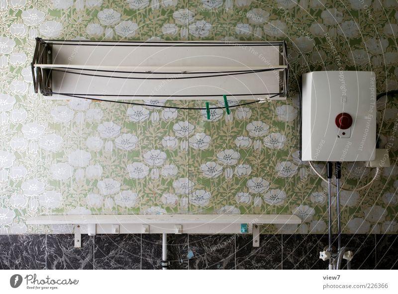 Boiler und Blumen alt grün Einsamkeit Erholung oben Linie Raum Innenarchitektur Streifen retro einzigartig Wandel & Veränderung Bad Dekoration & Verzierung Vergänglichkeit Ende