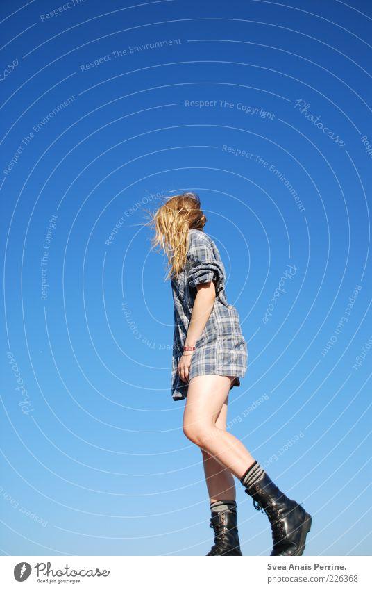 kein bock. feminin Junge Frau Jugendliche Beine 1 Mensch 18-30 Jahre Erwachsene Himmel Wolkenloser Himmel Schönes Wetter Hemd Schuhe Springerstiefel blond