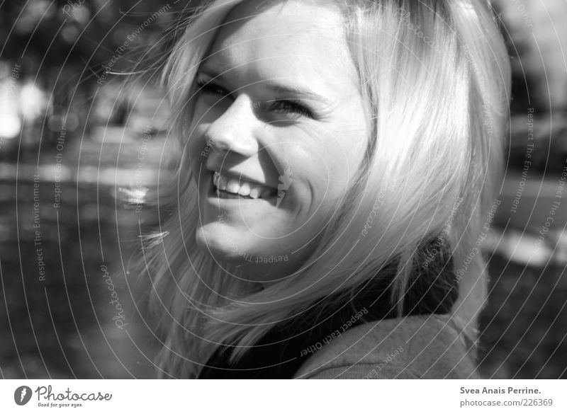 strahlen. feminin Junge Frau Jugendliche Kopf Gesicht 1 Mensch 18-30 Jahre Erwachsene Schönes Wetter Park Haare & Frisuren blond kurzhaarig Lächeln lachen schön