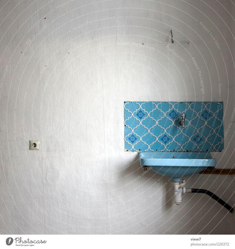 Waschbecken alt blau Einsamkeit dunkel Wand Stein Raum Zeit elegant Beton frisch Innenarchitektur authentisch retro Bad Vergänglichkeit