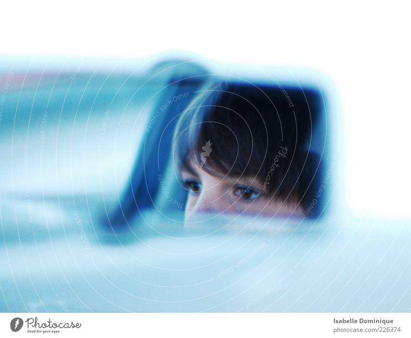 Rückblick feminin Junge Frau Jugendliche Kopf Auge 1 Mensch 18-30 Jahre Erwachsene Autofahren Straße Autobahn PKW brünett kurzhaarig Pony Farbfoto Tag