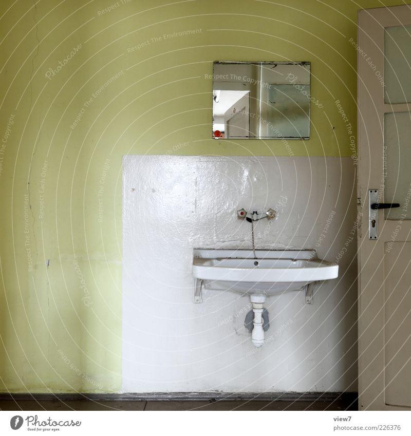 Waschgelegenheit alt grün Einsamkeit Farbe kalt Wand Tür Raum Beton Ordnung Innenarchitektur authentisch retro Bad Vergänglichkeit Spiegel