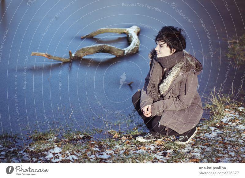 winterzeit Frau Mensch Natur Jugendliche Wasser blau Blatt Winter Erholung kalt Umwelt Gras träumen Erwachsene Denken See
