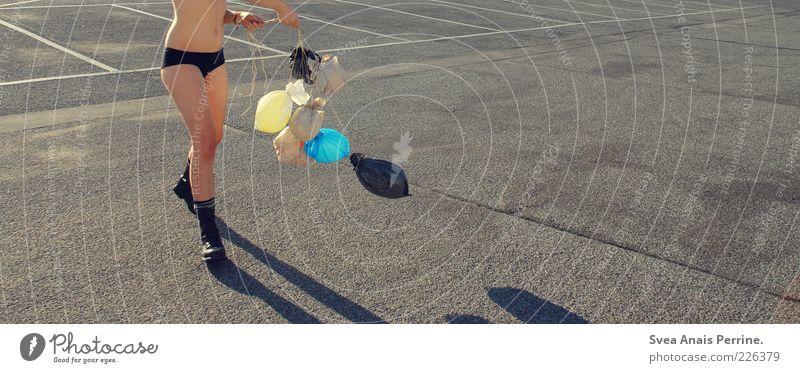 walk. Lifestyle elegant feminin Junge Frau Jugendliche Bauch Beine Fuß 1 Mensch 18-30 Jahre Erwachsene Unterwäsche Hotpants Schuhe Stiefel Springerstiefel Beton