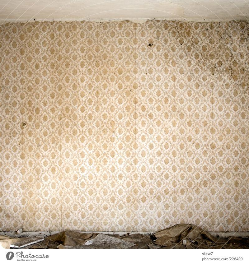 leicht wellig Tapete Raum Mauer Wand Ornament alt dreckig dunkel authentisch einfach kaputt retro Klischee trashig Einsamkeit Verfall Vergangenheit