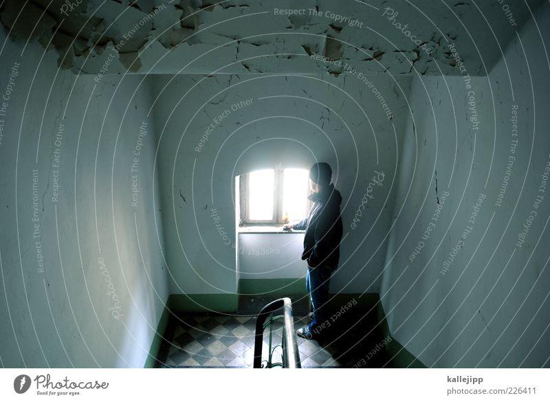 windows xp Mensch Mann Erwachsene Fenster Traurigkeit warten Treppe maskulin kaputt stehen Zukunft Geländer schäbig Treppengeländer Treppenhaus abblättern