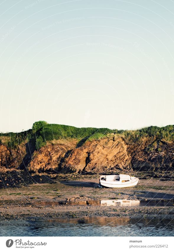 trockengelegt Natur Wasser Sommer Strand Meer Einsamkeit Erholung Sand Küste Wasserfahrzeug warten Felsen Pause einzigartig Wandel & Veränderung Hügel