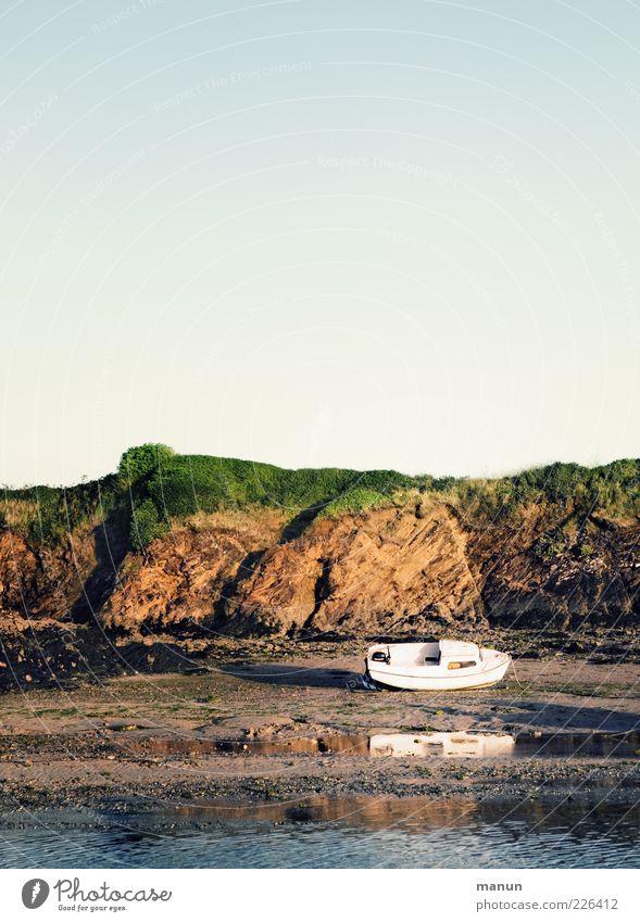trockengelegt Strand Natur Sand Wasser Wolkenloser Himmel Sommer Hügel Felsen Küste Bucht Fjord Meer Atlantik Bretagne Gezeiten Ebbe Klippe Jacht Motorboot