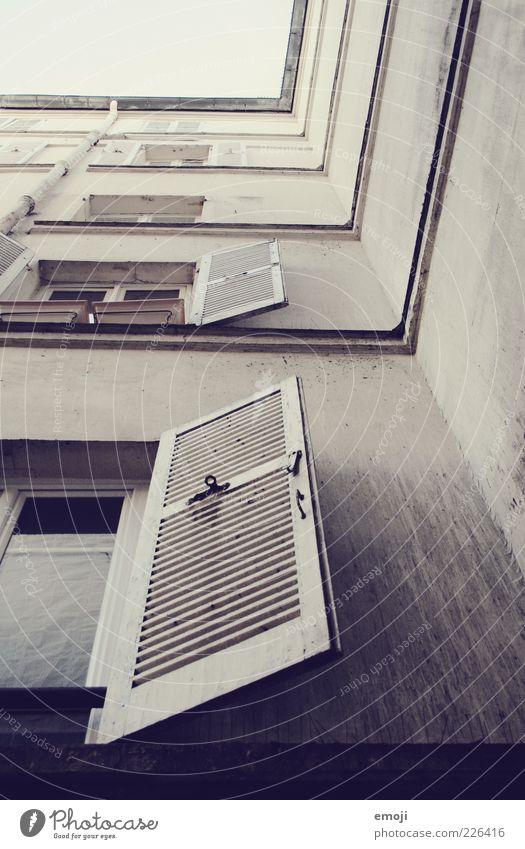 _/ Haus Mauer Wand Fassade Fenster eckig Fensterladen Farbfoto Außenaufnahme Froschperspektive Autofenster hoch Altbau Menschenleer Ecke Textfreiraum rechts