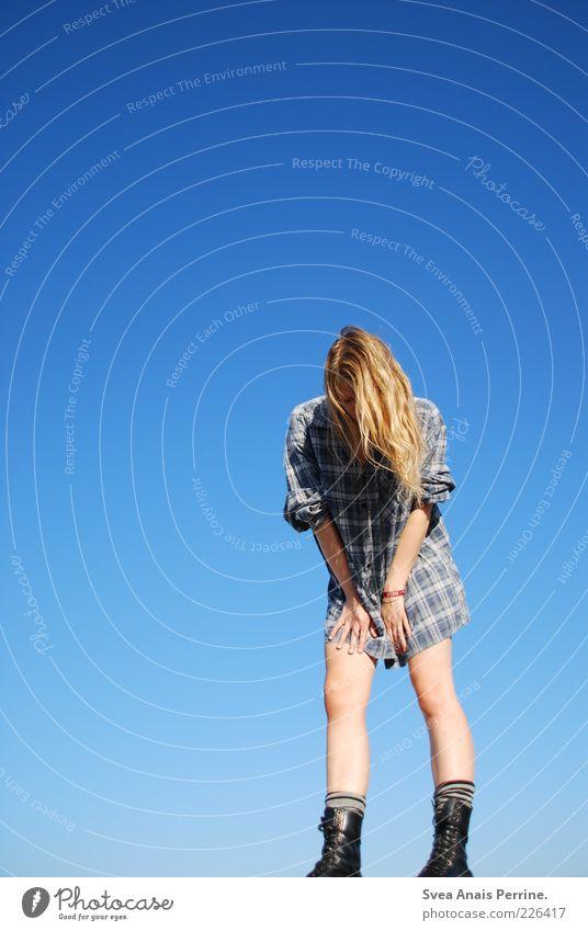!!! Lifestyle Stil feminin Junge Frau Jugendliche Beine 1 Mensch 18-30 Jahre Erwachsene Punk Wolkenloser Himmel Sommer Hemd Haare & Frisuren blond langhaarig