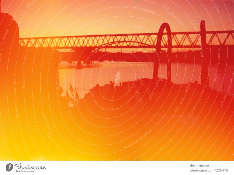 lichtdurchflutet rot Sommer gelb Wärme Lampe hell orange gold Feuer Brücke leuchten Warmherzigkeit Hafen heiß analog Schönes Wetter
