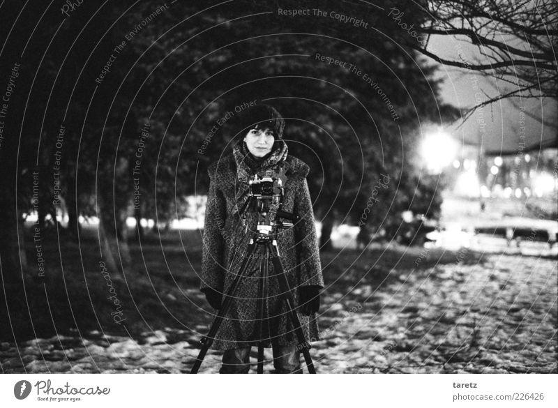 Nachtfotografie Frau Mensch Jugendliche schön Baum Winter kalt Wiese feminin Schnee Stil Erwachsene Park Beleuchtung warten elegant
