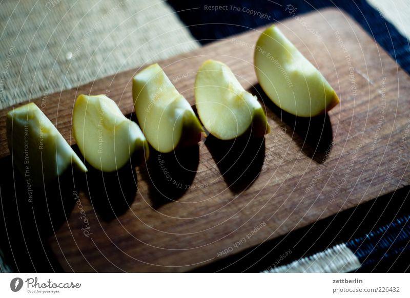Äpfelchen im Gärtchen Gesundheit Frucht Lebensmittel Ernährung Tisch gut Apfel Teile u. Stücke Bioprodukte Diät Vitamin Schneidebrett geschnitten