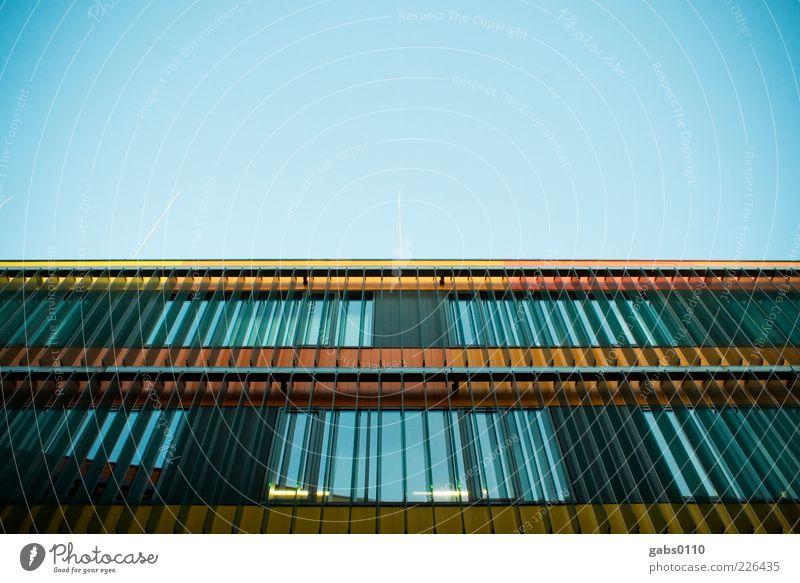 uni graz Himmel Wolkenloser Himmel Haus Bauwerk Gebäude Architektur Fassade Fenster Glas Stahl außergewöhnlich neu blau gelb schwarz orange Vignettierung modern
