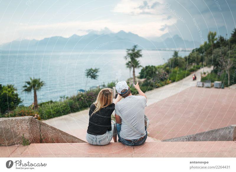 Paar auf der Promenade Lifestyle Tourismus Ausflug Ferne Freiheit Städtereise Sommer Sommerurlaub Strand Insel Mensch Junge Frau Jugendliche Junger Mann