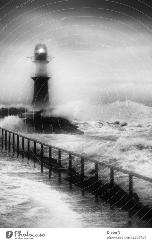 Rauhe See Natur Urelemente Wasser Himmel Wolken Herbst Wetter schlechtes Wetter Unwetter Sturm Ostsee grau schwarz weiß Wellen Mole Warnemünde Leuchtfeuer