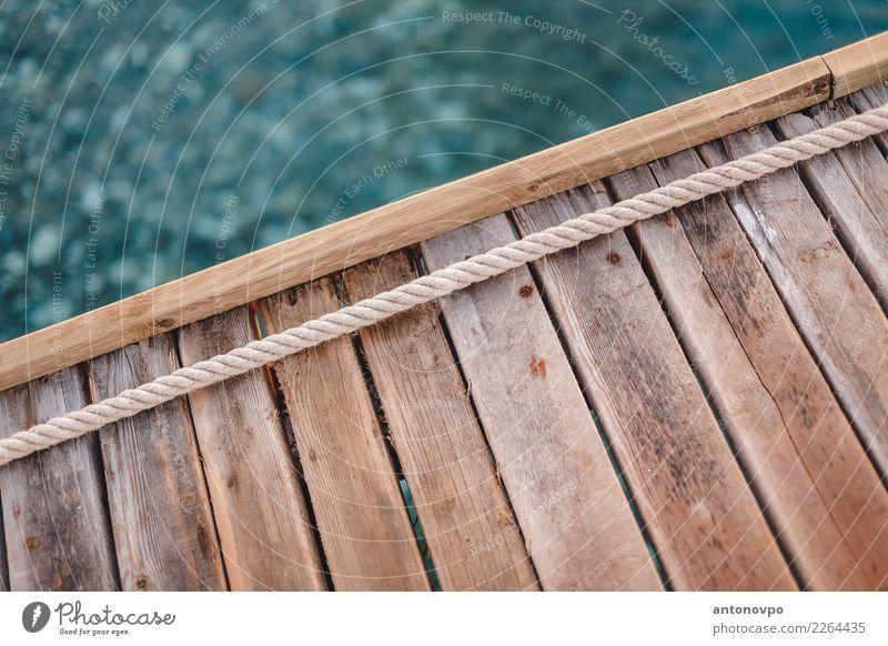 Pier Bord Seil Wasser Strand blau gelb Holzplatte Anlegestelle Holzstruktur hölzern Farbfoto