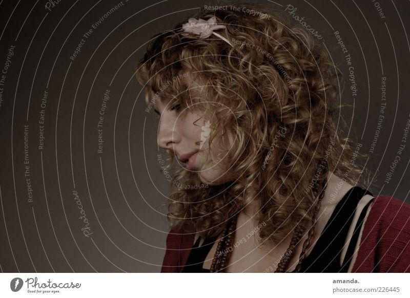 Raumtraum. feminin Junge Frau Jugendliche Erwachsene 1 Mensch 18-30 Jahre Haarreif blond Locken Denken träumen Traurigkeit schön trist Verschwiegenheit demütig