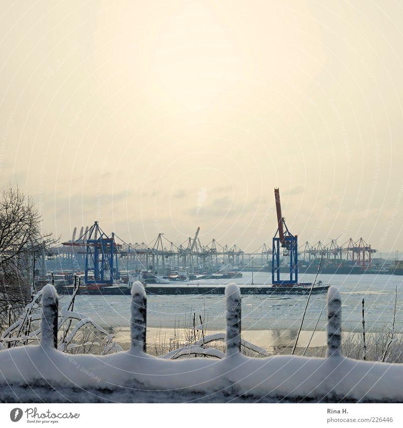 Hamburger Hafen im Winter II Stadt kalt Schnee Eis Industrie Frost Fluss Schifffahrt Schönes Wetter Flussufer Kran Pfosten Schiffswerft Hafenstadt