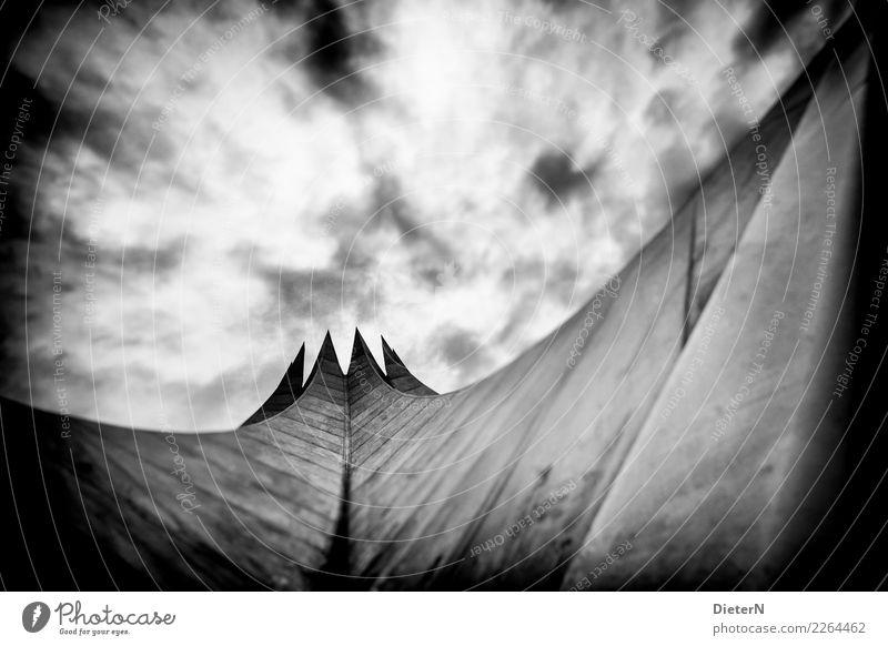 Tempodrom Wolken Berlin Menschenleer Bauwerk Gebäude Architektur Dach Wahrzeichen grau schwarz weiß Vignettierung Schwarzweißfoto Außenaufnahme