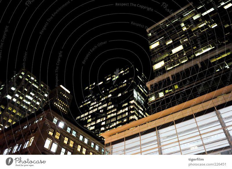 Tiefwinkelaufnahme von modernen Gebäuden, die nachts beleuchtet werden. Architektur tiefstehend Ecke Nacht Abend san francisco Stadt Skyline Stadtzentrum Schuss