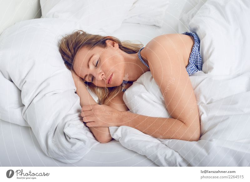 Frau, die im Bett unter Steppdecke schläft Lifestyle schön Gesicht Erholung Haus Schlafzimmer Mensch Erwachsene 1 45-60 Jahre alt Lächeln schlafen träumen
