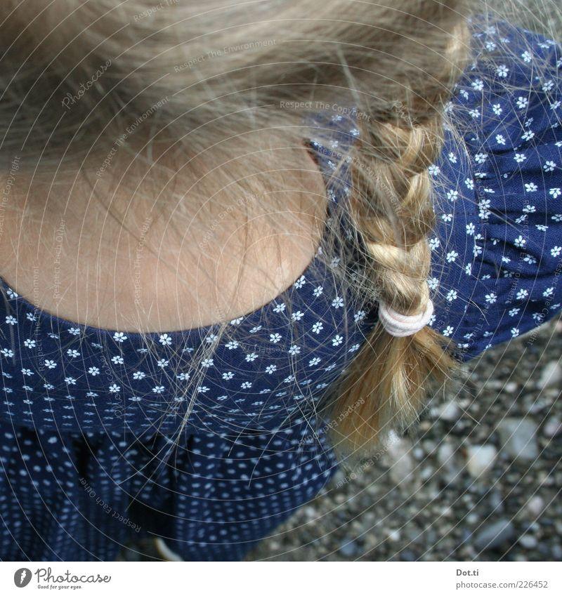 blondes Mädchen mit geflochtenem Zopf und Dirndl Stil Haare & Frisuren Mensch feminin Kindheit Rücken 1 Bekleidung Kleid Stoff blau Romantik Tradition