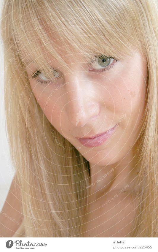 miss pischare schön Haare & Frisuren Kosmetik feminin Junge Frau Jugendliche 1 Mensch blond langhaarig Pony Blick Freundlichkeit Glück dünn Fröhlichkeit