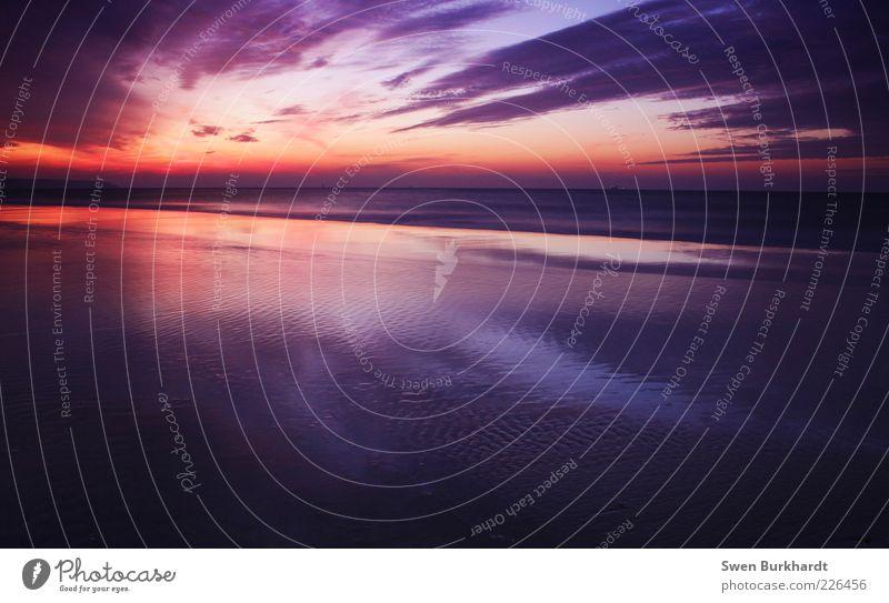 Perfekter Sonnenuntergang am Meer Himmel Wasser Sommer Strand Wolken Freiheit Umwelt Landschaft Sand Küste Stimmung Wellen Horizont Romantik außergewöhnlich