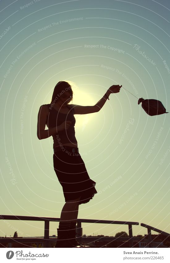 gegenlicht. Mensch Jugendliche schön Freude Sommer feminin Gefühle Glück träumen Erwachsene Stimmung Zufriedenheit elegant Mode Lifestyle Luftballon