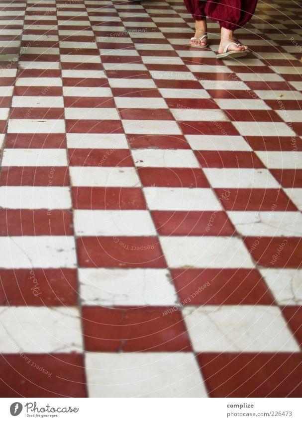 Schach in Bordeaux Stil Häusliches Leben Dekoration & Verzierung Mensch Beine Fuß 1 Flipflops gehen rot weiß Muster Farbfoto Außenaufnahme Textfreiraum unten