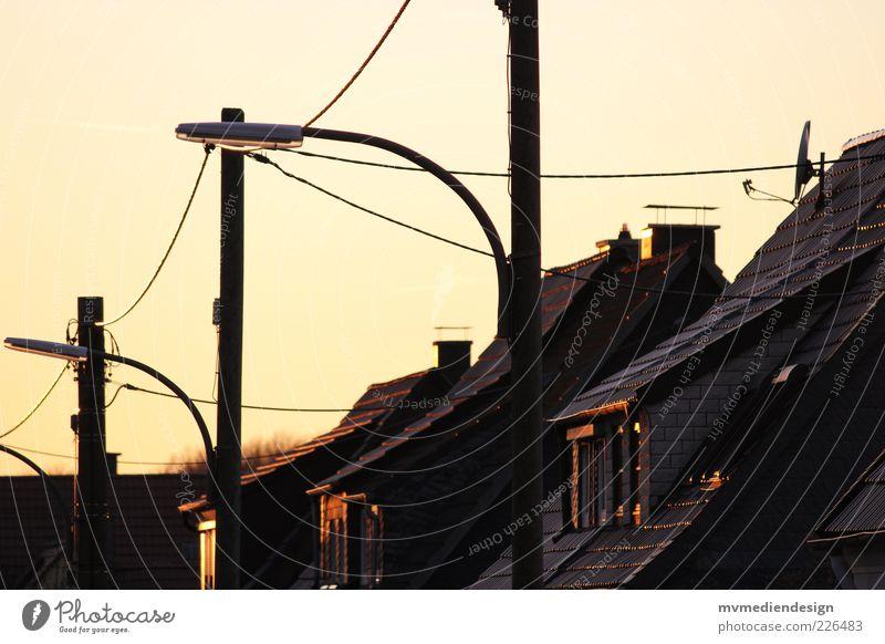 Sonnenuntergang Himmel alt Stadt ruhig Haus Erholung Architektur paarweise Kabel Häusliches Leben Dach Romantik Laterne Strommast Viertel Wohnsiedlung