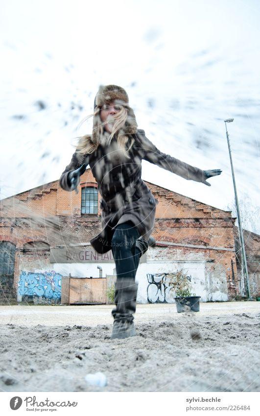 ...ooo... Mensch Jugendliche Hand Winter Freude Haus Leben Graffiti Bewegung Sand Haare & Frisuren blond dreckig Arme Junge Frau Backstein