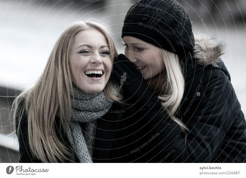 friends I Mensch Jugendliche schön Freude Leben feminin sprechen Glück lachen Freundschaft lustig Zusammensein blond Fröhlichkeit berühren Beratung