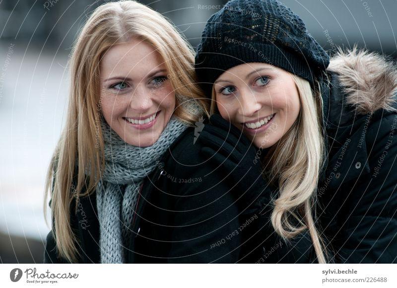 friends II Mensch Jugendliche schön Freude Winter Leben feminin Glück lachen Freundschaft Zusammensein blond Fröhlichkeit berühren Freundlichkeit Mütze