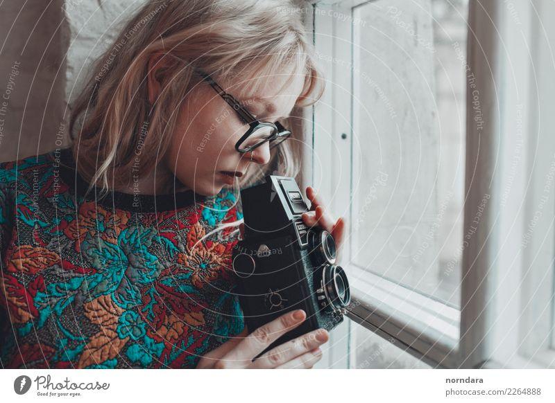 Retro-Kamera Lifestyle Freizeit & Hobby Fotokamera Technik & Technologie Junge Frau Jugendliche 18-30 Jahre Erwachsene Kunst Künstler Filmindustrie Video