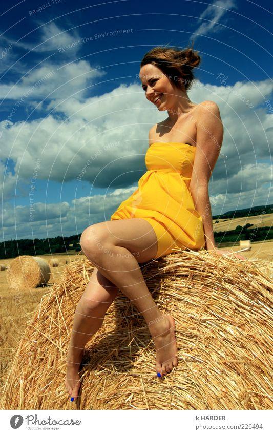MAGIE DES SOMMERS Mensch Himmel Natur Jugendliche blau Sommer gelb feminin Gefühle Glück Erwachsene Zufriedenheit sitzen Mode Fröhlichkeit