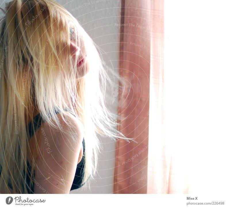 Ces schön Haare & Frisuren Mensch feminin Junge Frau Jugendliche 1 18-30 Jahre Erwachsene blond Farbfoto Innenaufnahme Licht Sonnenlicht Oberkörper