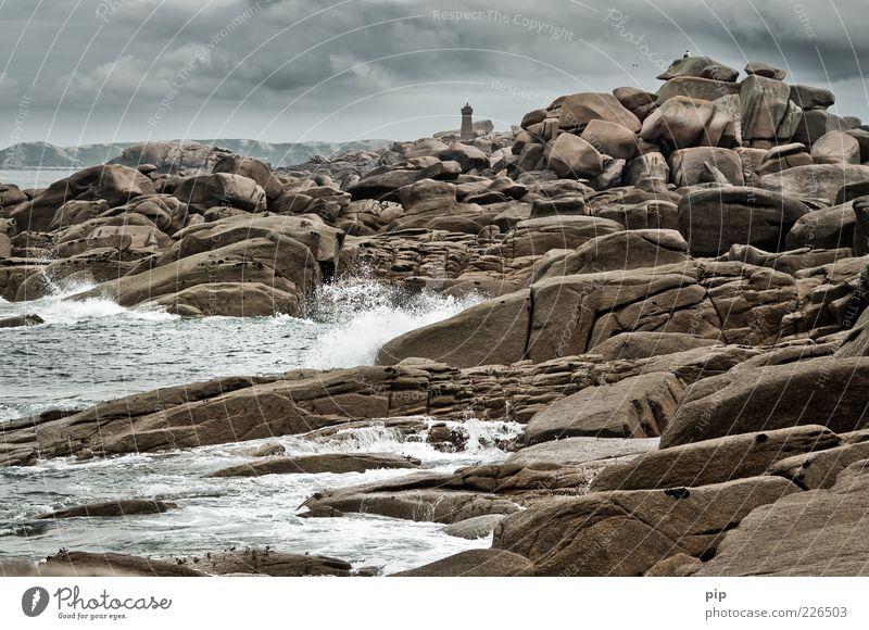 mann sieht meer Mensch Mann Erwachsene Natur Urelemente Wasser Wolken Gewitterwolken Klima Wellen Küste Meer Stein beobachten außergewöhnlich bedrohlich