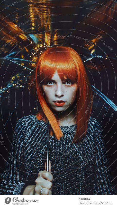 Künstlerisches Portrait einer jungen Frau der Rothaarigen unter einem Regenschirm Mensch Jugendliche Junge Frau schön weiß dunkel 18-30 Jahre schwarz Gesicht