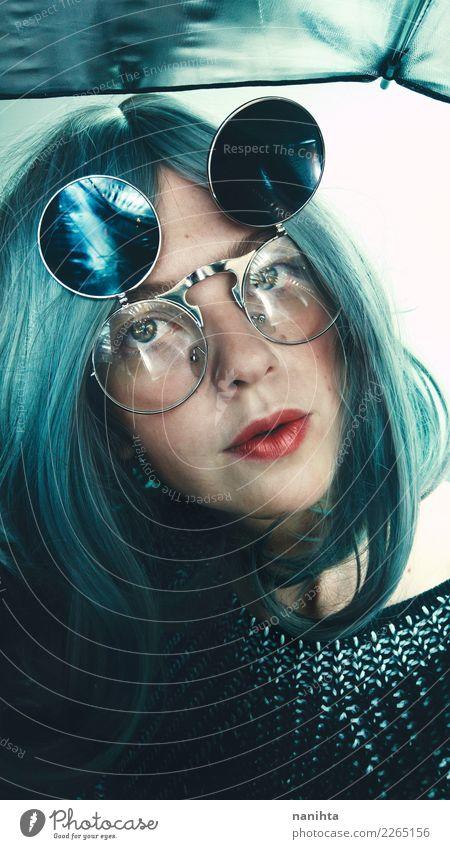 Junge seltsame Frau, die Retro- Gläser trägt Mensch Jugendliche Junge Frau schön weiß 18-30 Jahre schwarz Gesicht Erwachsene feminin Stil Kunst Haare & Frisuren