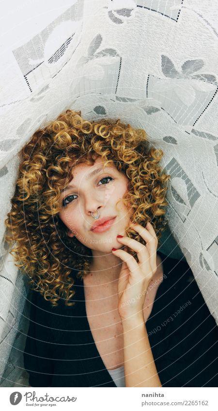 Wunderschöne junge Frau mit afroblondem Haar. Lifestyle Stil Haare & Frisuren Haut Gesicht Mensch feminin Junge Frau Jugendliche 1 18-30 Jahre Erwachsene