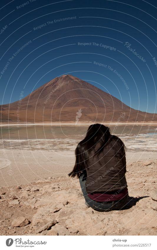 Ausblick Mensch Frau Natur Jugendliche Ferien & Urlaub & Reisen Einsamkeit ruhig Erwachsene Erholung Landschaft Ferne Berge u. Gebirge Freiheit Haare & Frisuren