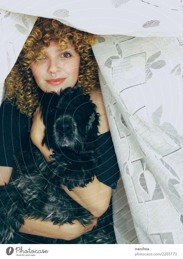 Junge glückliche Frau, die ihren Hund umarmt Lifestyle Mensch feminin Junge Frau Jugendliche 1 18-30 Jahre Erwachsene T-Shirt Piercing Haare & Frisuren blond