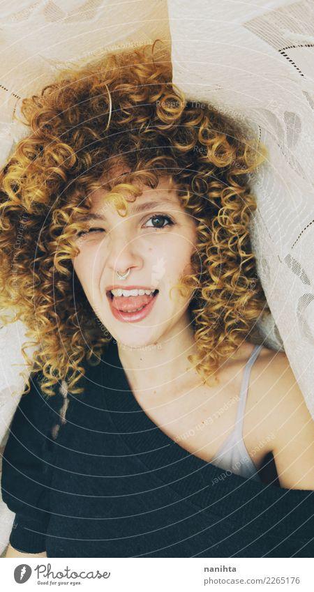 Junge blonde Frau, die heraus ihre Zunge haftet Lifestyle Stil Freude schön Gesicht Mensch feminin Junge Frau Jugendliche 1 18-30 Jahre Erwachsene T-Shirt