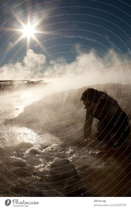 Frau an Quelle Mensch Natur Jugendliche Wasser Ferien & Urlaub & Reisen Sonne Wärme Küste Stein See Nebel Abenteuer Tourismus Junge Frau Urelemente Fluss