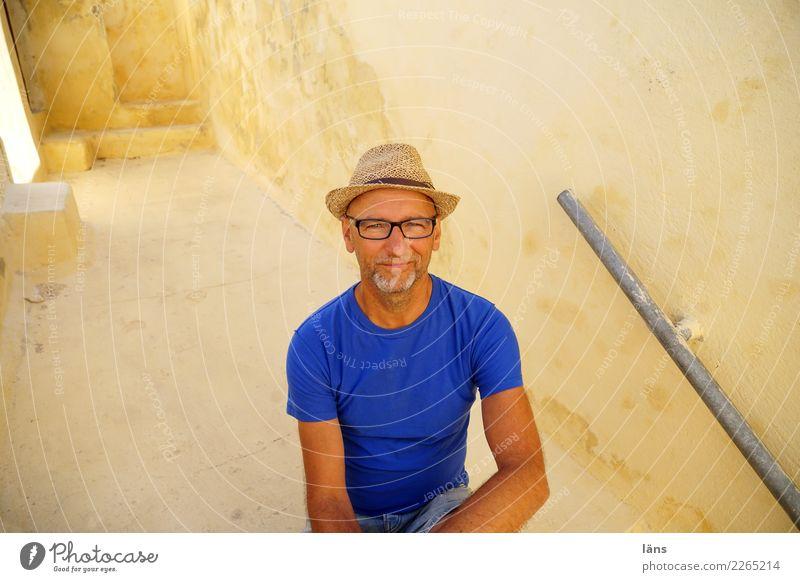 Pause Mensch Ferien & Urlaub & Reisen Mann Haus ruhig Erwachsene Leben Wand Gebäude Mauer Tourismus Zufriedenheit maskulin Treppe sitzen 45-60 Jahre