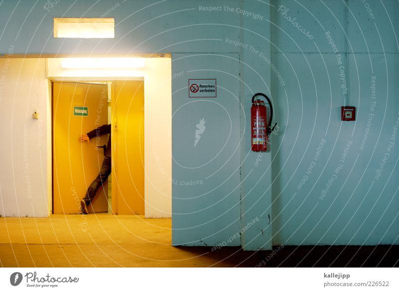 last minute Mensch Mann gelb Erwachsene Beine Tür Arme Beleuchtung gehen Schilder & Markierungen laufen rennen maskulin bedrohlich Hinweisschild Flucht