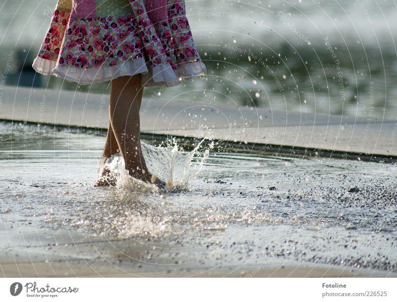 plitsch platsch Mensch feminin Kind Mädchen Kindheit Haut Beine Fuß Umwelt Natur Wasser Wassertropfen Sommer Mode Bekleidung Rock Stoff hell nass spritzen